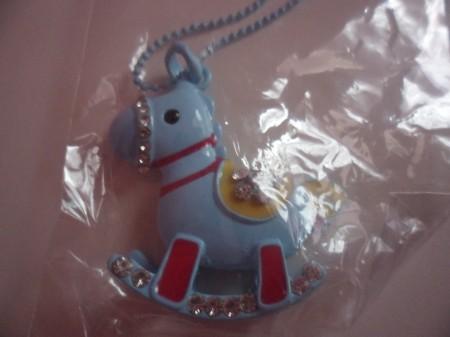 Kék Vagy Lila Színű Hintaló Ló Kristályos Nyaklánc